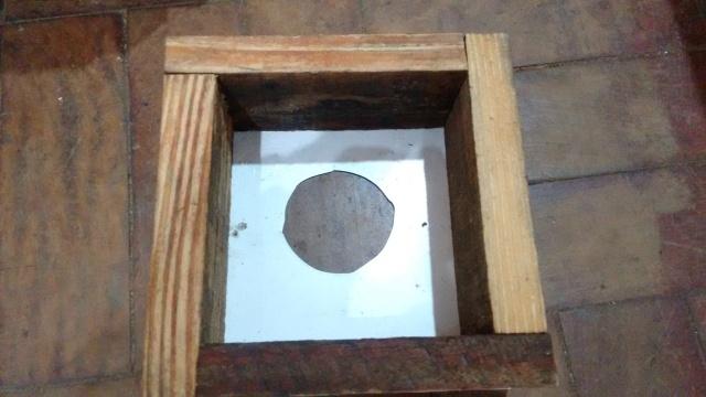 Sobreninho. A ideia da divisória no sobreninho é separar os discos de cria do ninho dos discos do sobreninho. Essa separação ajuda muito no manejo de multiplicação de enxames.